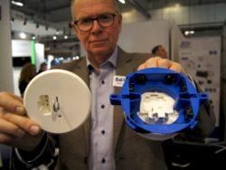 Bengt Lundgren visar upp en blå dosan med löstagbar botten.
