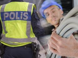 Ett bildmontage med ryggen på en polis och en elektriker hållandes en sladd