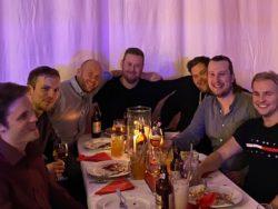 Gruppbild vid bord på restaurang