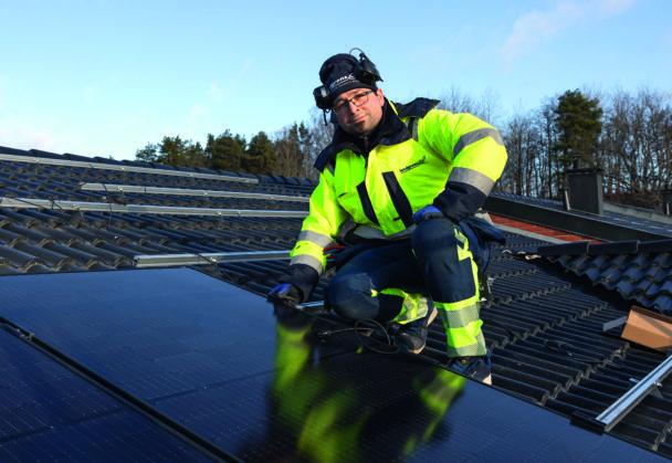 Ghassan Safadi arbetar med solceller på ett tal