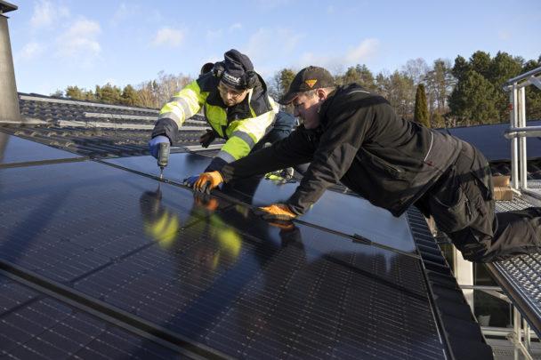 Ghassan Safadi och Paul Öfverberg arbetar med solceller