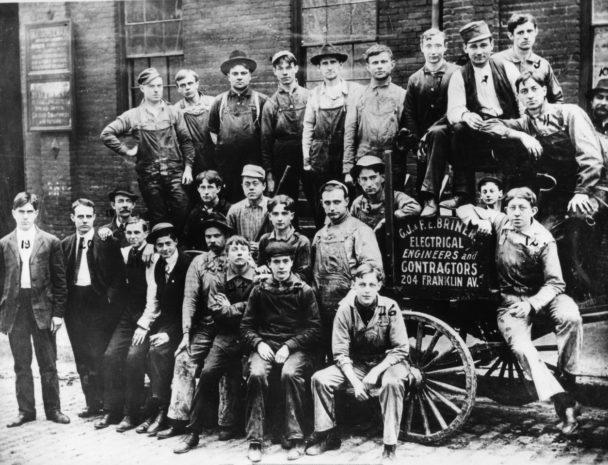 Historisk gruppbild på linjearbetare