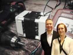Bild på Pontus Boström och Louise Olsson monterad över en bild på verktyg