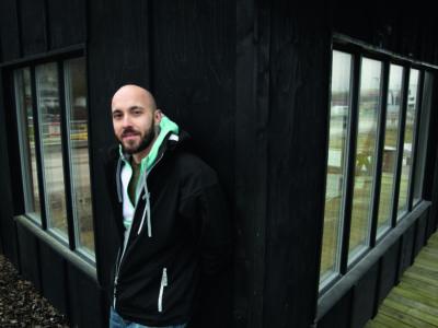 Sebastian Brandt, vardagsklädd invid en husvägg