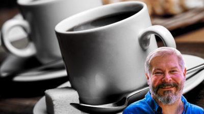 En bild på två kaffekoppar med ett porträtt av Dylan Färemark monterat i hörnet.