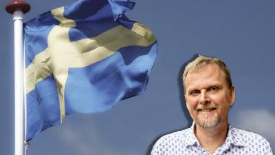 En bil på Sveriges flagga, med en porträttbild av Urban Pettersson monterad i hörnet.