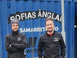 Denniz Sjögren och Simon Larsson framför en container med Sofias Änglars logotyp på.