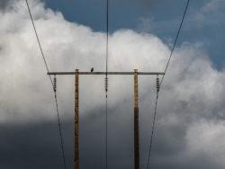 Luftborna elledningar mot en molnig himmel