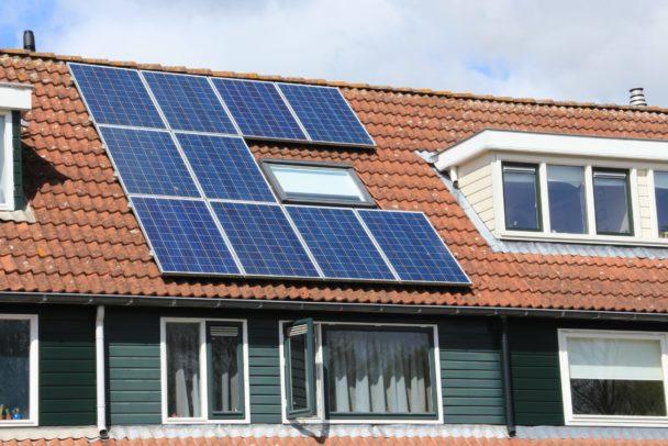 Ett hustak med solpaneler på