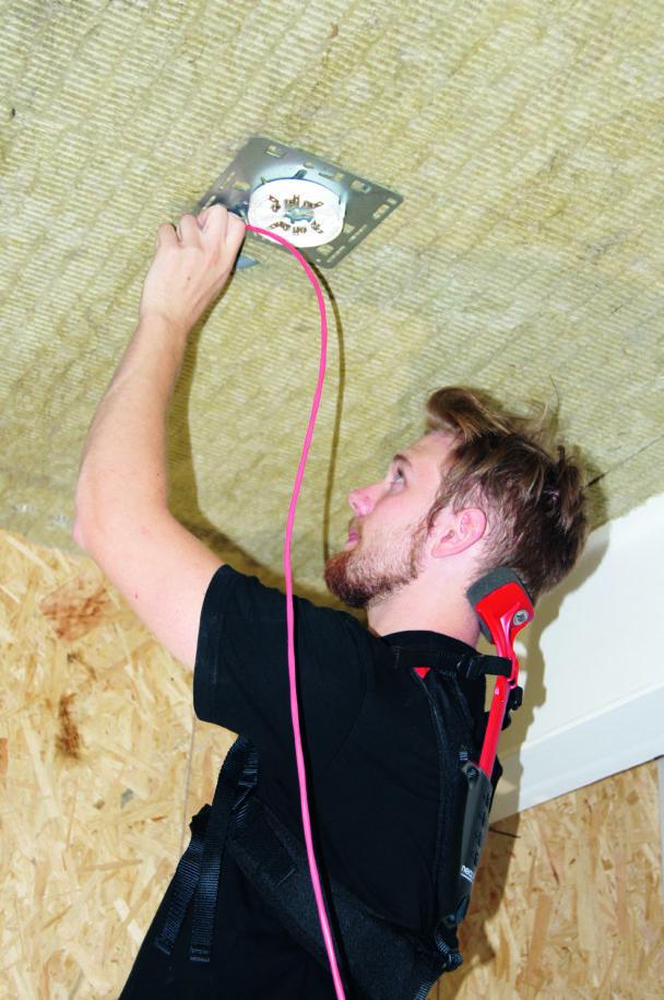 Johan Gustavsson arbetar med skyddet på sig