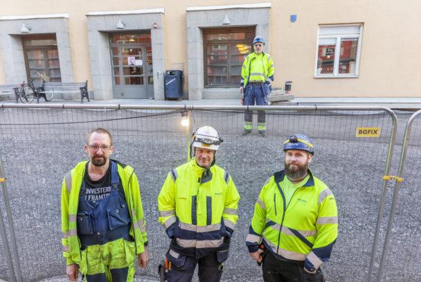 Gruppbild framför en byggnad