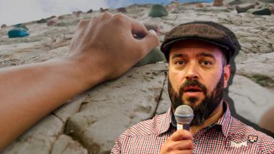 Handen på en bergsklättrare, med ett foto av Nille Thorsell monterat över
