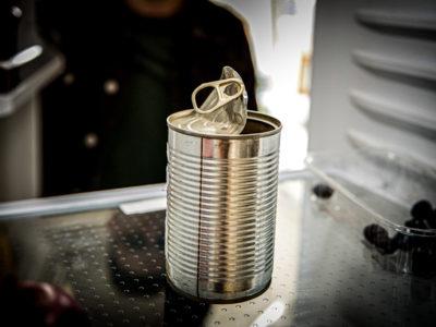 En öppnad konservburk i ett kylskåp