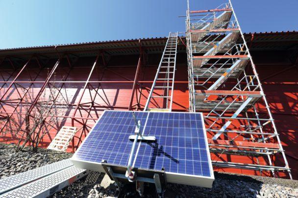 Anläggningen utifrån, med solcellspaneler