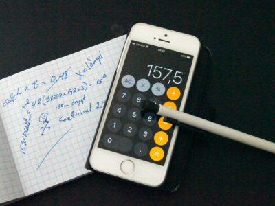 En telefon med kalkylator