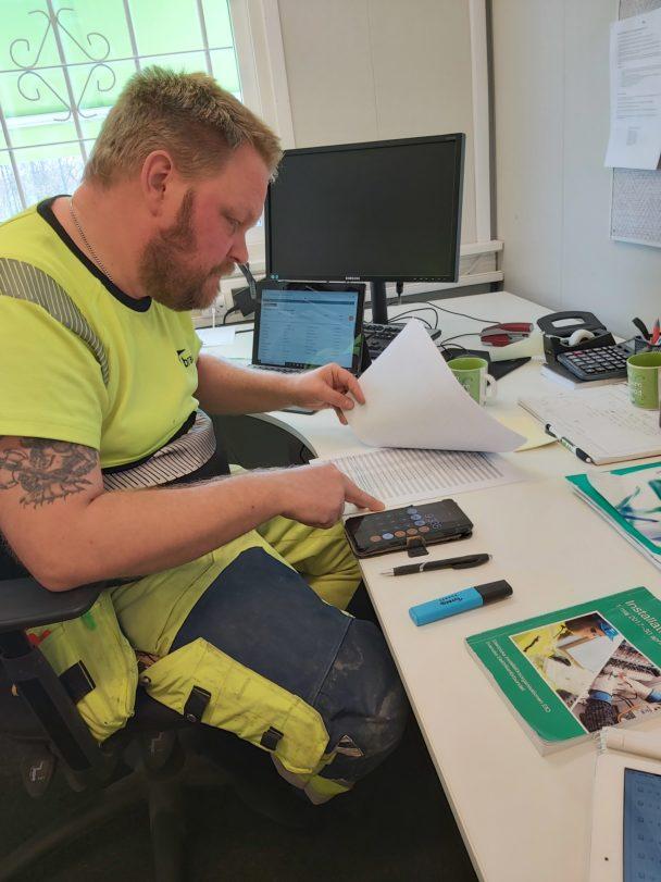 Thobias arbetar mad papper och miniräknare
