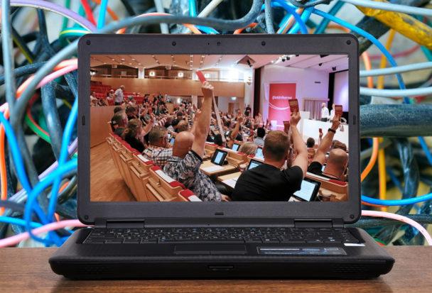 En laptop med en bild från et möte på skärmen