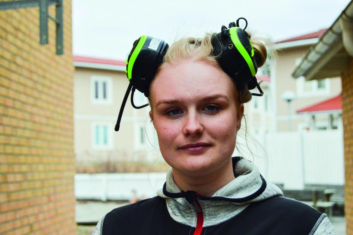 Julia Aune Larsson med hörselskydd