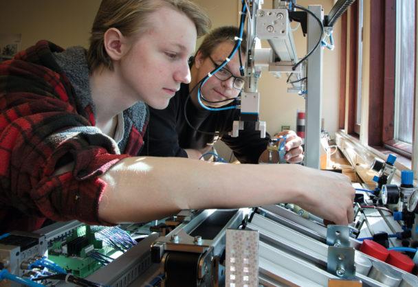 Två elever jobbar med elektronik