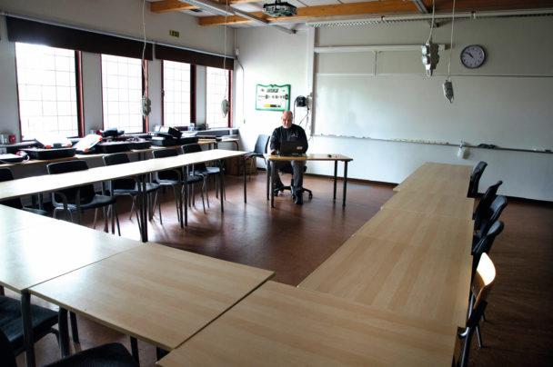 Pär Hallström vid en dator i ett tomt klassrum
