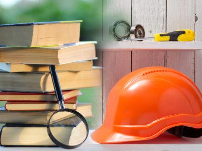 En trave böcker och ett förstoringsglas invid en bygghjälm på en hylla