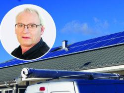 Ett tak med solpaneler, med ett foto på Jonas Bengtsson monterat över.