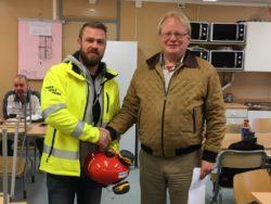 Kim Söderström skakar hand med Peter Hultqvist