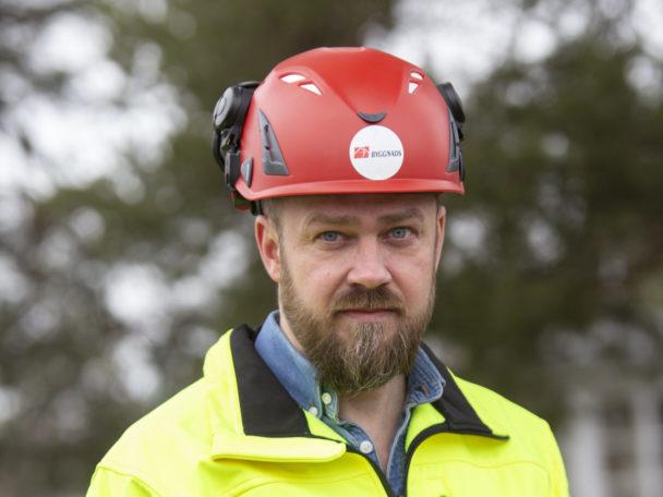 Kim Söderström i röd hjälp och gul reflexjacka.