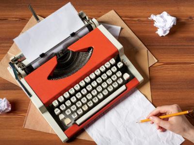 En röd skrivmaskin