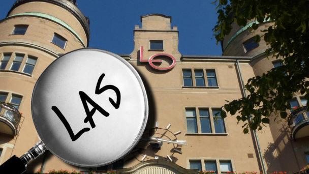 """LO-borgen i Stockholm, med ett förstoringsglas som domar in på ordet """"Las"""" monterat över"""