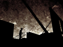Silhuetten av en person hållandes en stege på en arbetsplats