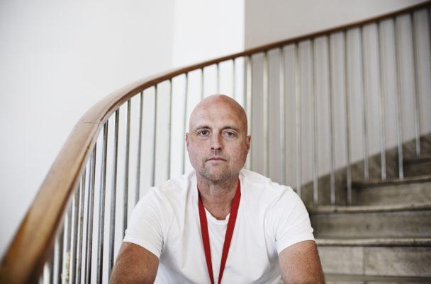 Martin Bengtsson sitter i en trappa