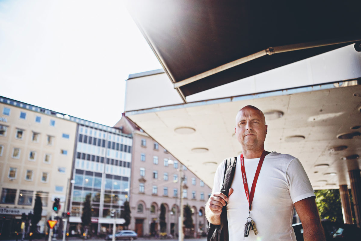 Martin Bengtsson framför ett torg i solen