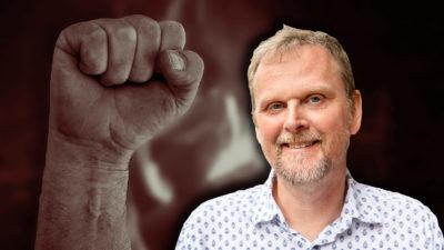 En knuten näve med ett porträttfoto av Urban Pettersson monterat över