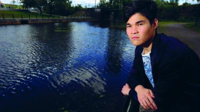Mahdi Khavari på en brygga vid en sjö