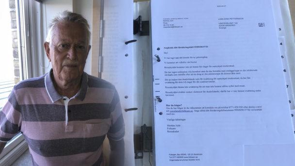 Lars-Erik Pettersson invid en monterad bild av ett utlåtande från Folksam