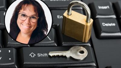 Ett tangentbord med ett lås och en nyckel på, med en bild på Moa Mörner monterat i hörnet