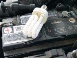 Ett bilbatteri med en energisparlampa på