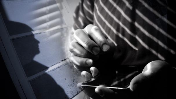 Ett montage av två bilder: Skyddan av en person mot enn fönster, och händerna på en annan person som håller i en telefon