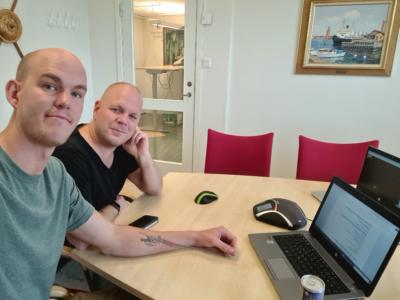 Claes Thim och Johan Hytte vid en laptop på ett bord