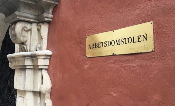 """En skylt på en vägg där det står """"Arbetsdomstolen"""""""
