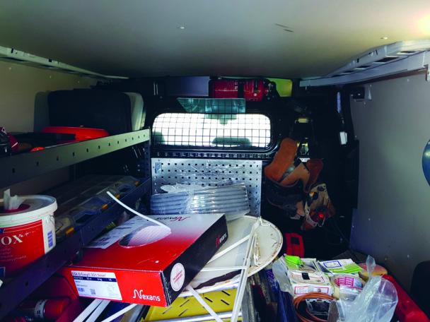 Ett belamrat lastutrymme på en firmabil
