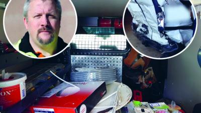 Ett belamrat lastutrymme på en firmabil, med bilder på Sven Höckert och en krockad bil monterade över.
