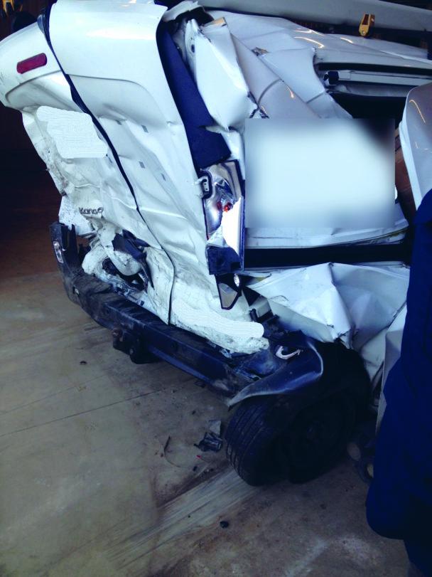 Den krossade baksidan på en krockad skåpbil
