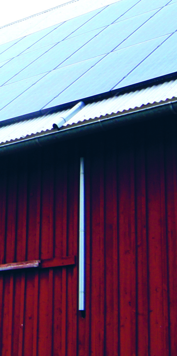 Ett tak med ledningar från solpaneler