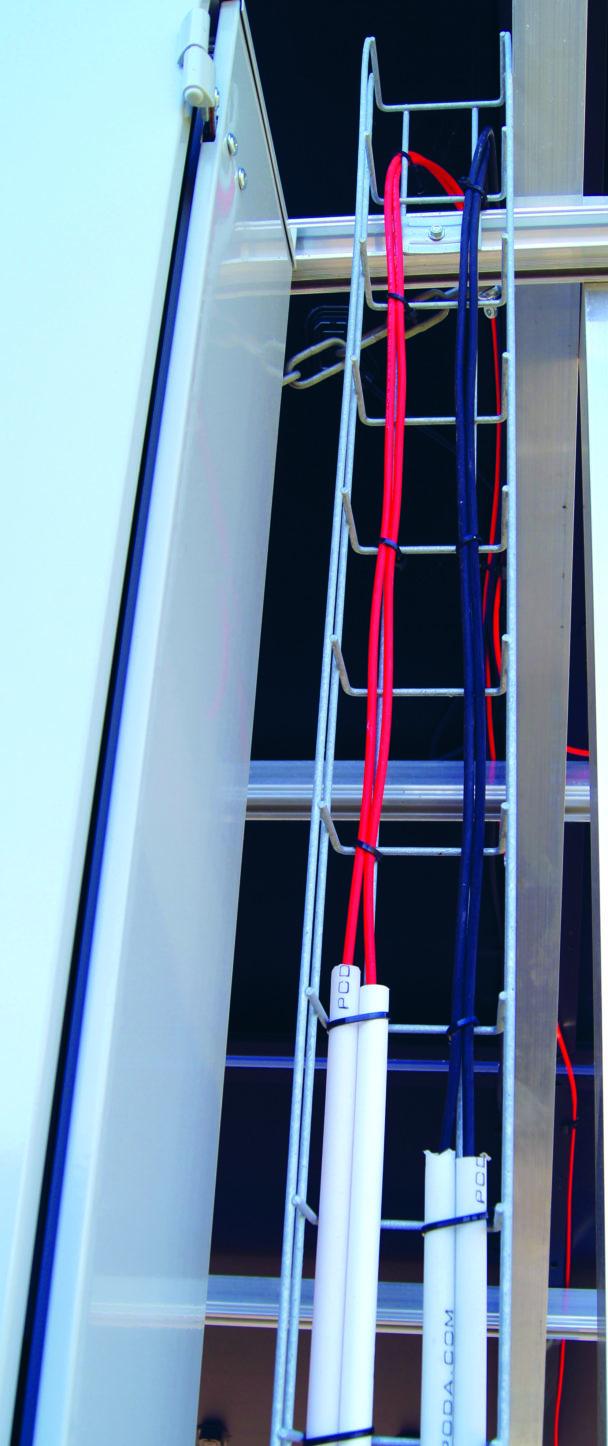 Röda och blå kablar längs en stege