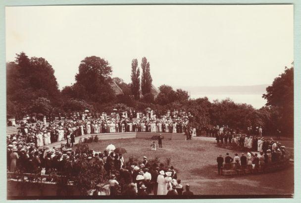 En svartvit bild från ett stort möte utomhus