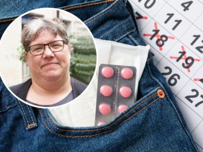 Ett par jeans med mensbindor och p-piller i fickan, framför en kalender med överkryssade datum. En bild på Ninni Blom är monterad i hörnet.