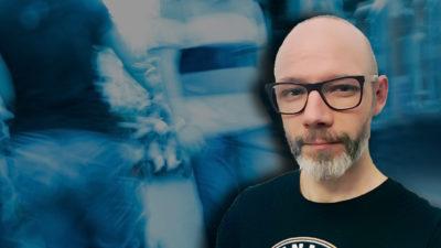 En suddig bild på människor som rör sig bort från kameran. En bild på Andreas Molnar monterad över.
