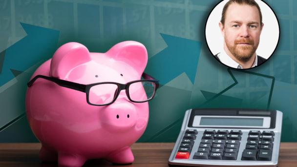 En rosa spargris med stora glasögon,. bredvid en miniräknare. I högra hörnet är en bild på David Fernhed monterad.